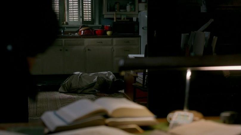Castiel 被 Rachel 刺傷後,整個人摔進 Bobby 的屋子當中