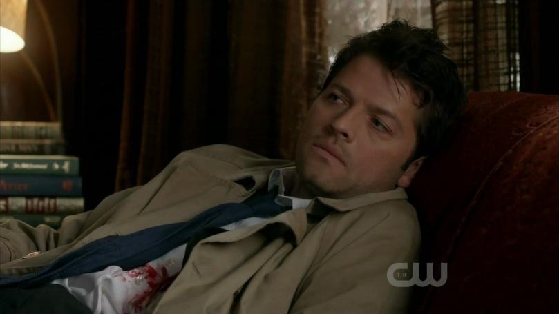 受傷倒在 Bobby 家昏迷不醒的 Castiel 總算勉強恢復意識,但還是非常虛弱