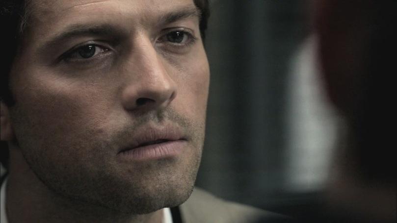 Castiel 一直看著 Dean,暗示他快點把脖子上的項鍊給他