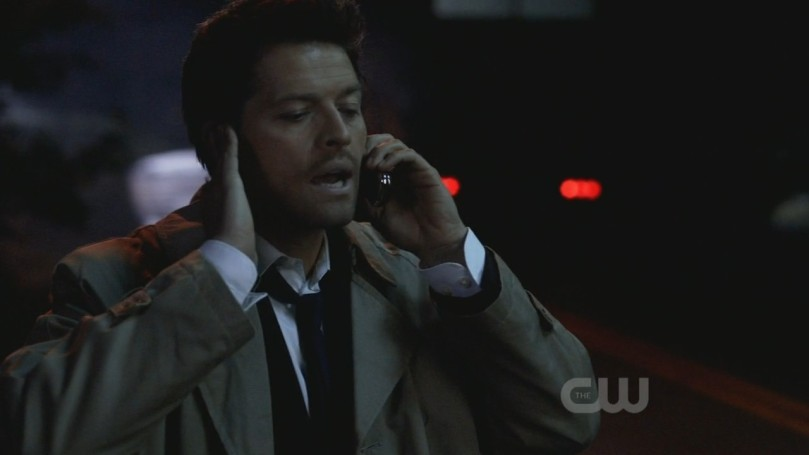 Castiel 站在路邊跟 Dean 用手機講電話