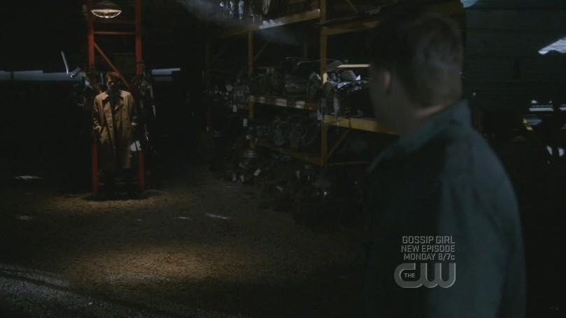 心不甘情不願出現在停車場暗處的 Castiel