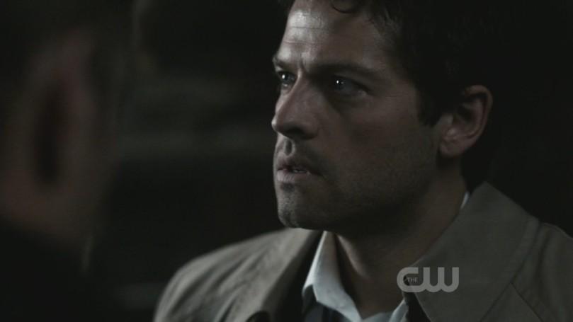 Castiel 在 Dean 和 Sam 的肋骨刻下以諾克符文