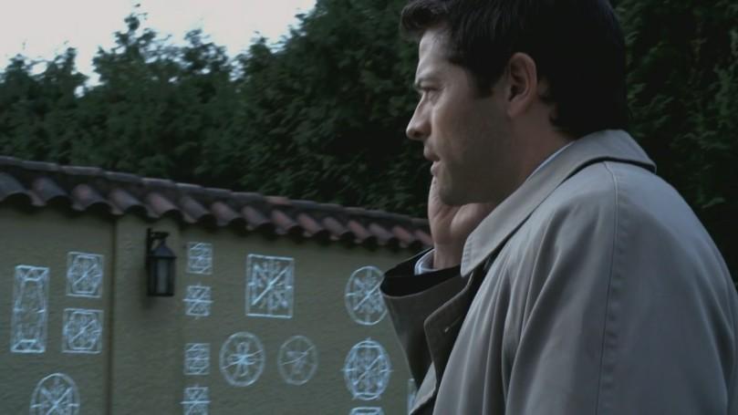 因為進不去 Crowley 的家,打電話回去跟 Dean 報備的 Castiel