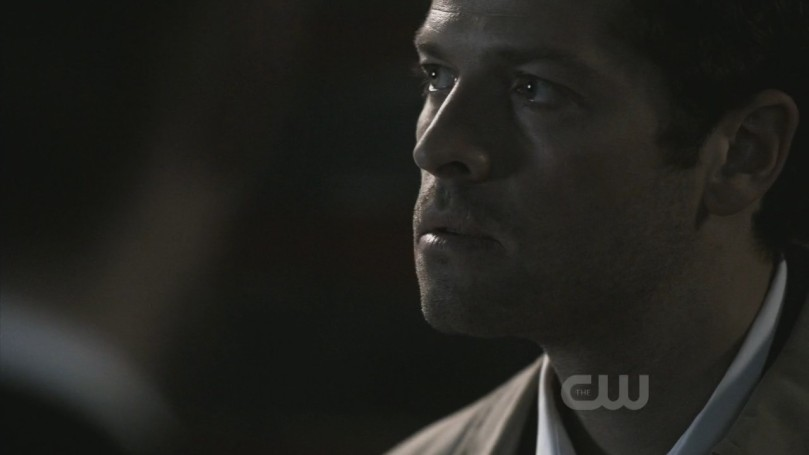 Castiel 怒氣未消的瞪著退到 Dean 身後的 Sam Winchester