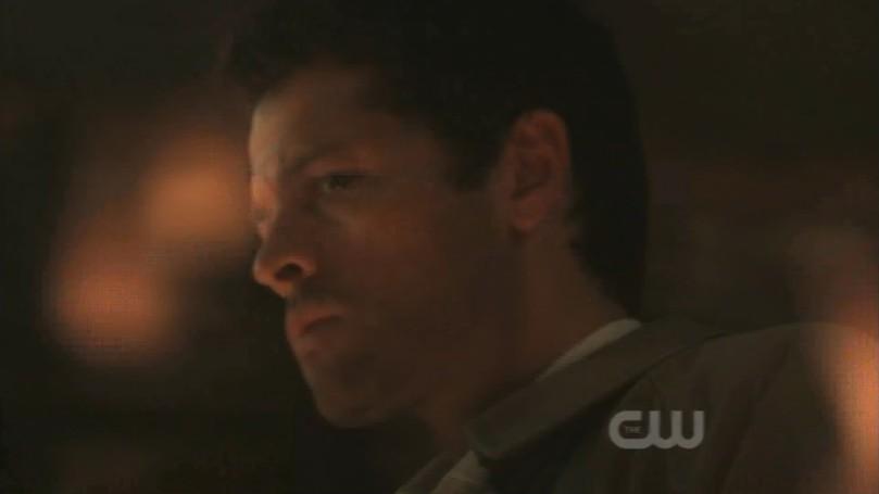 Castiel 才一不留神,一瞬間已經被 Lucifer 困在聖火圈當中