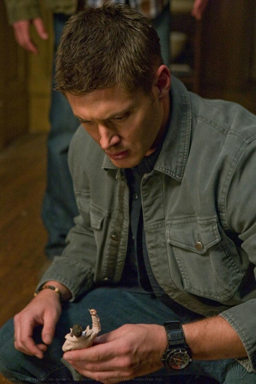 Supernatural 5x06 - 輕輕拿起 Castiel 娃娃的 Dean