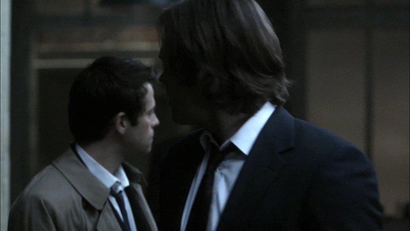 Castiel 和 Sam 看著 Dean 火大離去
