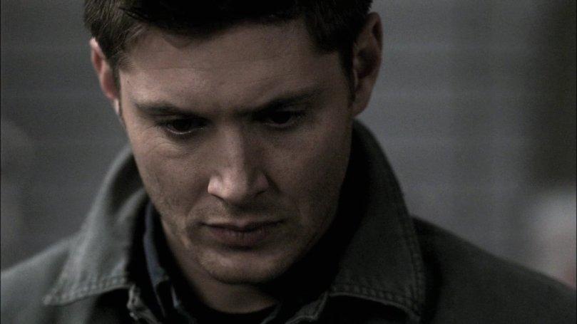 從 Castiel 手中接過護身符的 Dean,一顆心已經隨著 Castiel 一起墜入絕望的深淵中