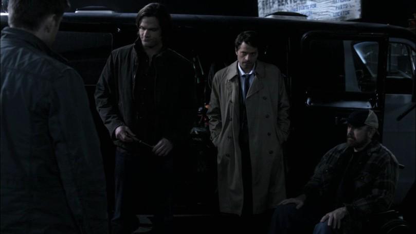 躲在一旁靜靜看著 Dean 的 Castiel