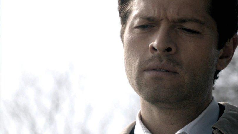 第二次被復活的 Castiel 靜靜的俯看著滿臉是傷的 Dean
