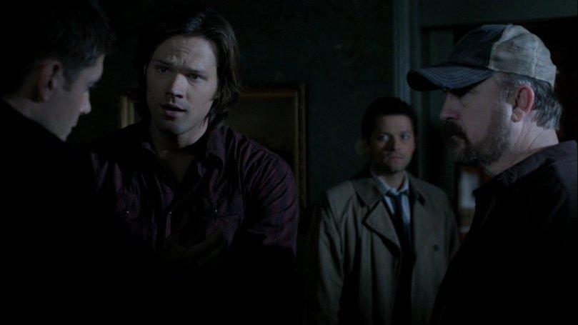 Castiel 在一旁靜靜的看著 Dean 一個人面對 Sam 和 Bobby 的懷疑在幫自己辯駁