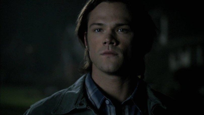 站在路燈下面無表情看著 Dean 的 Sam