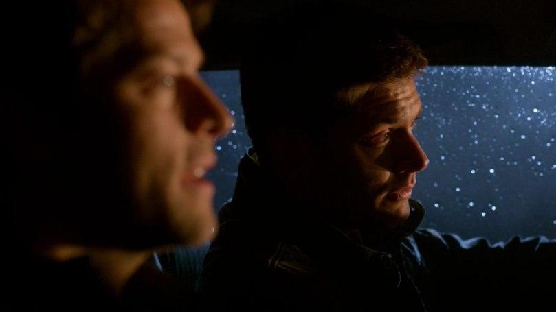 兩個人在車子裡面聊著話,一個無憂無慮、一個百感交集