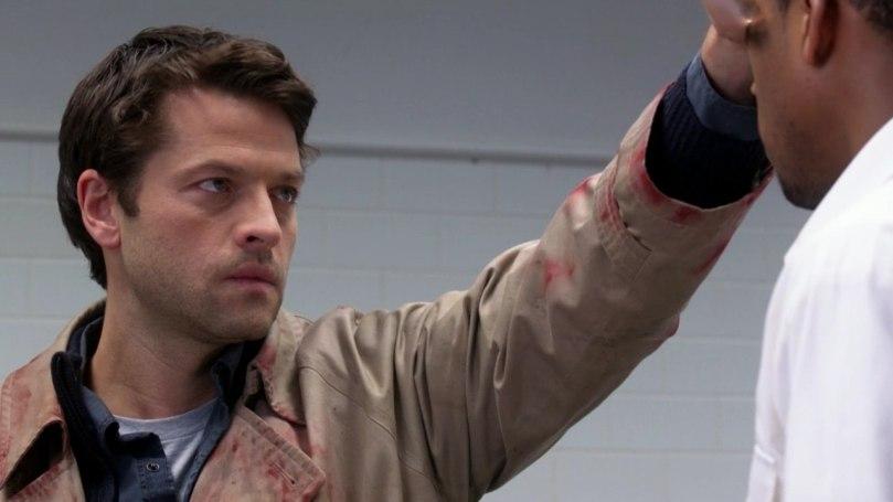 穿著 Dean 交給他的 trench coat,Castiel 趕去救 Sam