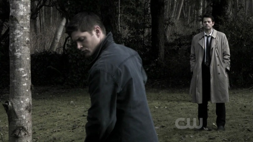 靜靜在一旁看著 Dean 卻無法上前開口拜託他幫忙的 Castiel