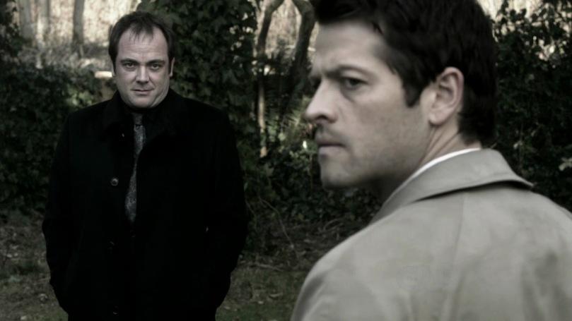 雖然很想答應 Crowley 的邀約,但 Castiel 還是猶豫不決的一直看著 Dean,他的內心深處還是希望 Dean 能夠幫他。