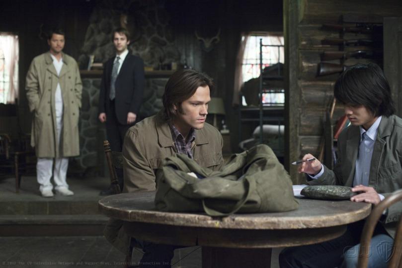 這個畫面有點有趣,Castiel 跟後面那個天使站在一起,感覺就像是好兄弟一樣,右邊就是先知