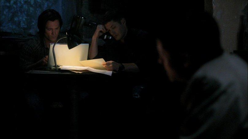 超級專心的 Sam 跟有點分心的 Dean