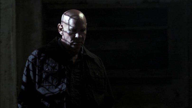 站在一旁冷眼看著 Dean  被惡魔帶走的 Samuel