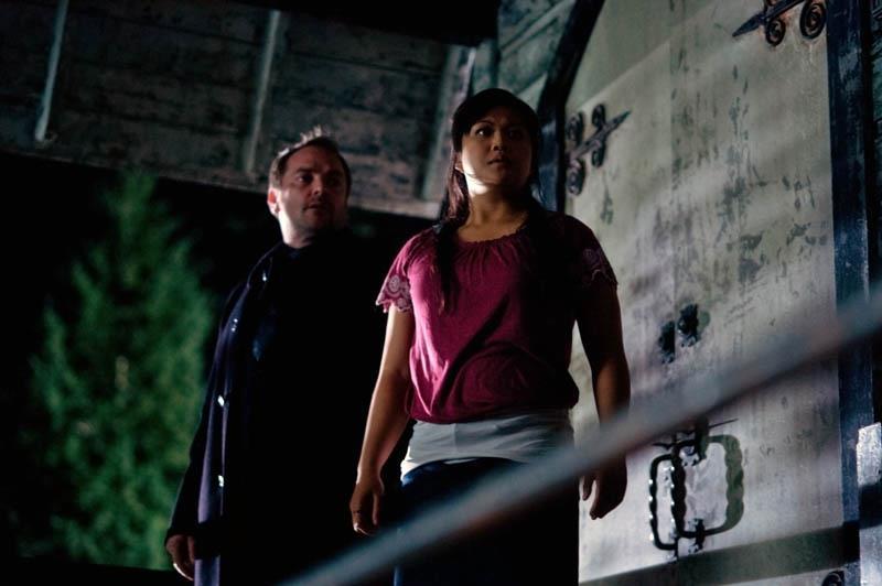 我有點不懂ㄟ,為什麼 Kevin 的女朋友會一直跟 Crowley 同進同出?