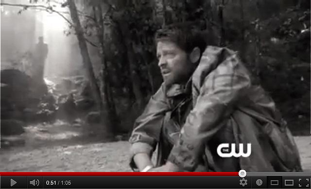 蹲在地上模樣令人心疼無比的 Cas,我猜後面的人影應該是 Dean 吧!