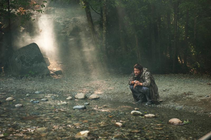蹲在湖水邊的 Castiel