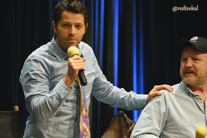 Misha 的品味實在是蠻特殊的,完全沒想到他待會會掛著領帶但是解開襯衫