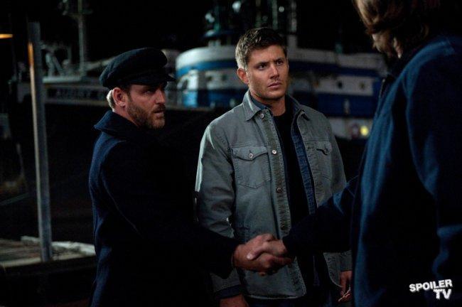 一面跟 Benny 握手,一面滿頭問號看著 Dean 的 Sam。Benny,你的裝扮是倫敦的碼頭工人嗎?