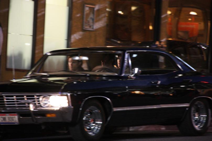驅車離開的三個人,Sam 面色凝重,Castiel 則是靜靜的看著窗外