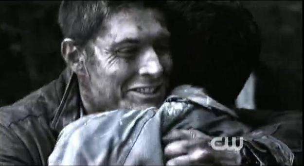 Dean 緊緊的抱住 Castiel...下一秒鐘的 Dean 很像要哭的樣子