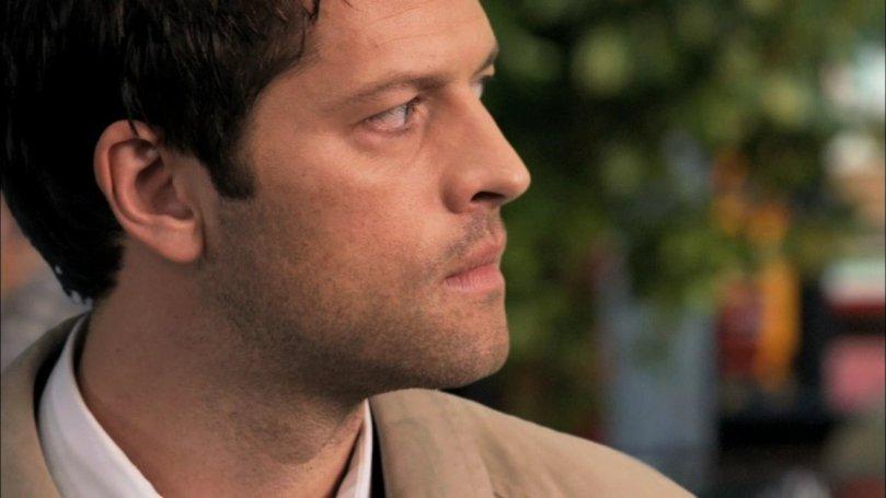 眼睛盯著 Winchesters,腦中卻不斷權衡一切的 Castiel