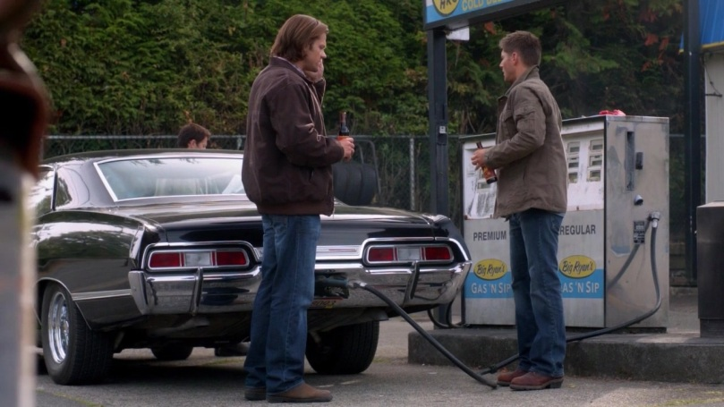 Sam 講電話的時候,Dean 還是繼續看 Castiel,我說 Cas 你都沒發現有人一直在看你嗎?