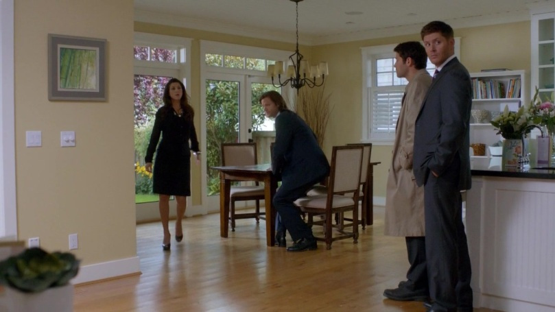 偌大的房間,Dean 跟 Castiel 卻很可愛的擠在一個小角落