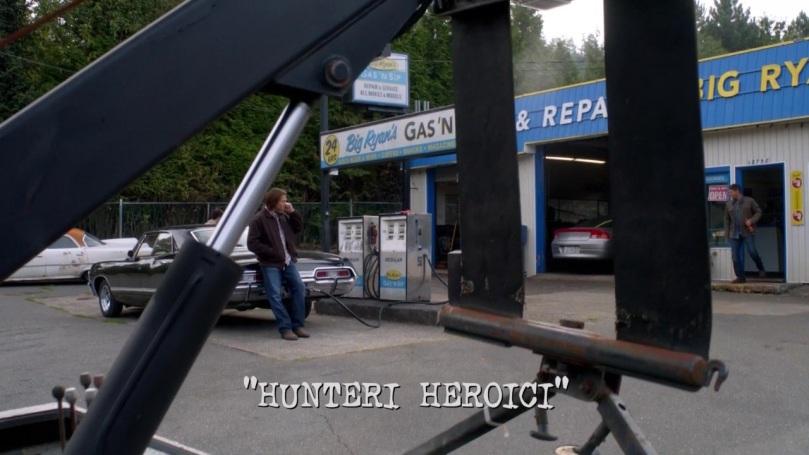 Supernatural 8x08 Hunteri Heroici - 拿著飲料走出來,眼睛卻是看向人在車頭看報紙的 Castiel