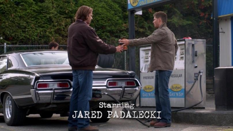 東西還沒交到 Sam 手上,眼睛就飄到 Castiel 身上的 Dean