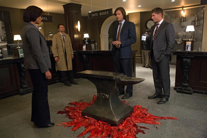 大家不覺得 Castiel 的樣子很不像 FBI 嗎?怎麼還靠在旁邊休息啊?XD