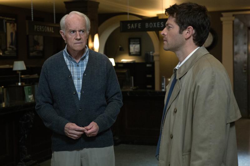 眉頭深鎖感覺像是在看前方的 Sam,一旁的老先生應該是資深的老 hunter
