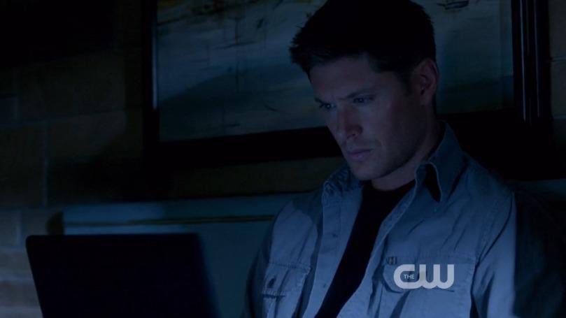 看電腦看到有點出神的 Dean,大概還想著白天的事情睡不著覺