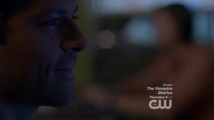 一個人面對電視傻笑的 Castiel