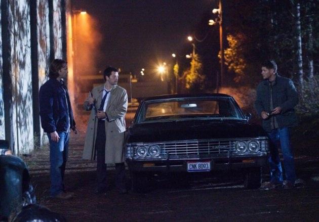 隔著 Impala 還是看著 Dean 說話的可愛 Cas