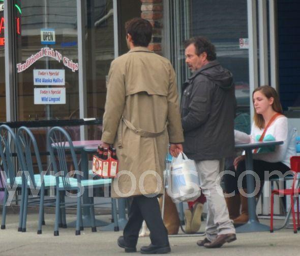 拎着袋子和啤酒的 Castiel,看起來真是異常的賢惠