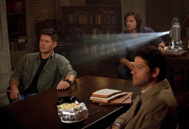 就是這張啦!Castiel 前面放了一碗很像是焗烤 Cheeze 通心粉的東西,而且我想只有 Dean 會弄這個東西