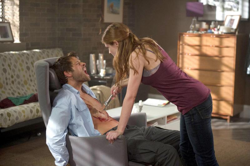可惜這可不是滴點小蠟燭讓你燙燙爽爽的小遊戲,Castiel 的身體被刮花了...