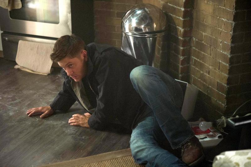 我想應該是衝進來救 Castiel 又被打飛到旁邊吧!所在位置差不多是 Castiel 後面那張沙發的旁邊