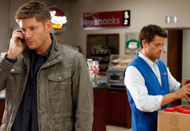 臉色凝重打電話的 Dean,Castiel 居然還一臉淡定的在後面檢查商品。