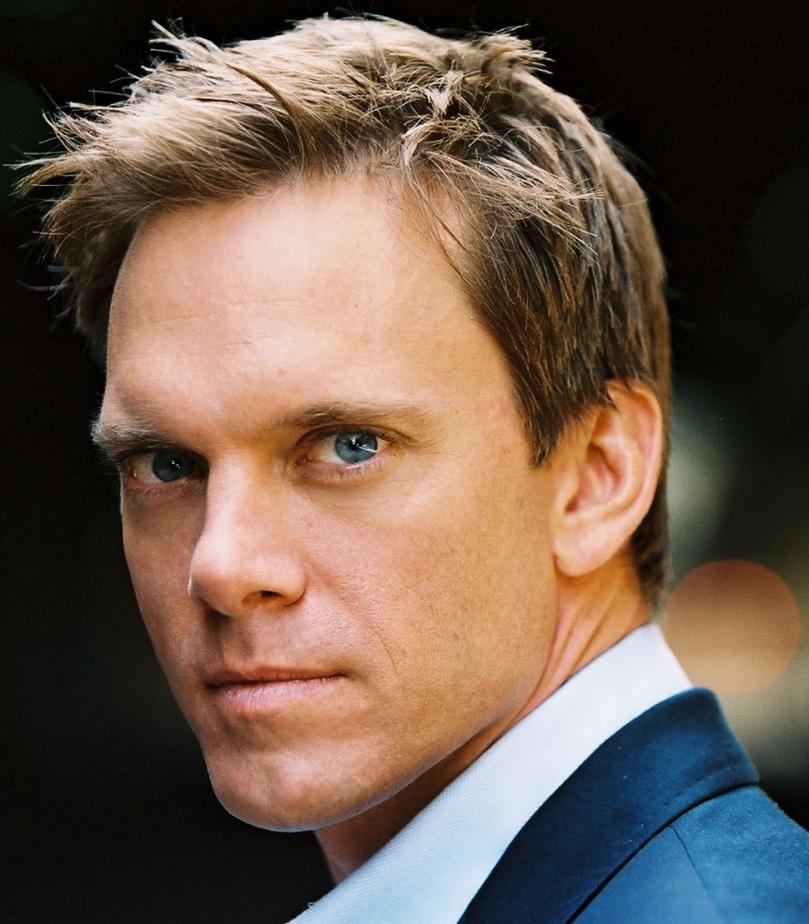每個演天使的演員幾乎都會有一雙漂亮的藍眼睛,Adam Harrington 也不例外