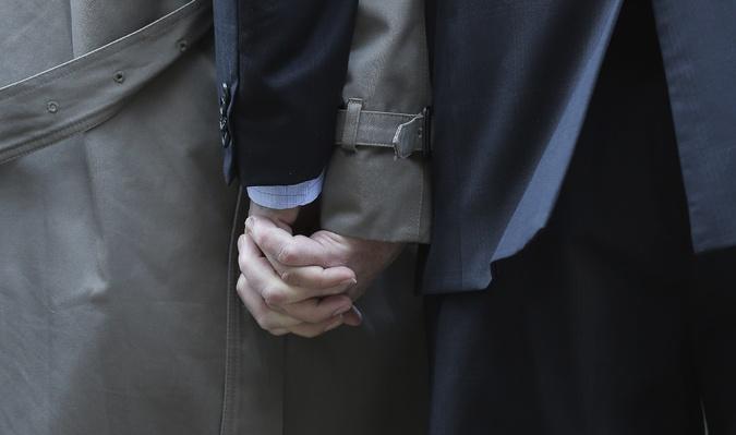 這張照片超棒的,這可不是什麼 cosplay 的圖噢!這是一篇關於同性婚姻文章所用的圖。(故意的吧你們)