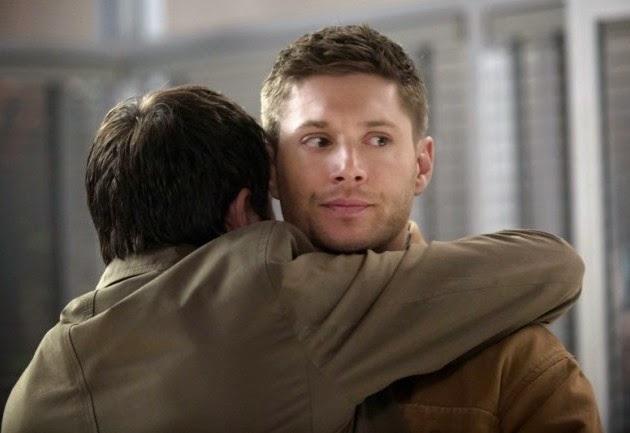 終於看到 Castiel 抱 Dean 的樣子,結果 Dean 是一臉臭臉...