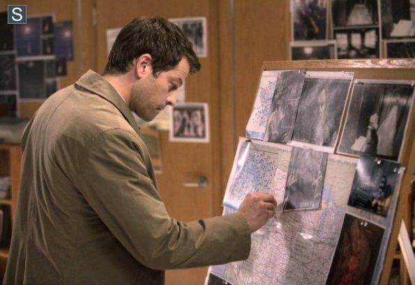 認真辦案子搜尋線索的 Castiel,用得還是人類的調查方式噢