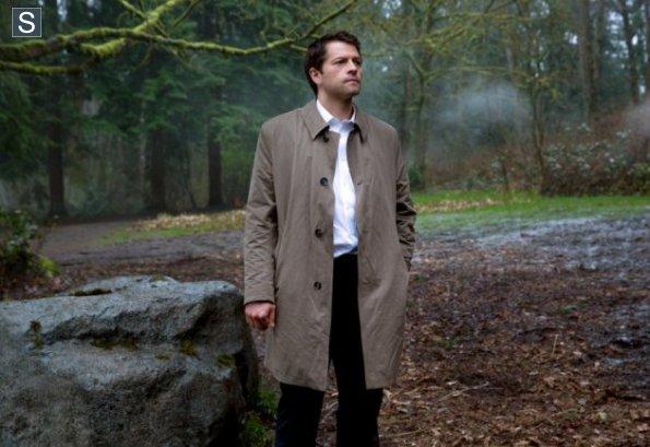 正在等人的 Castiel,我越來越喜歡他的素白襯衫了啊!